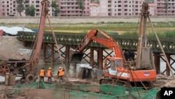 中国吉林省延边市,工人们在朝鲜与中国的边界操作机器。(2017年9月10日)