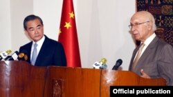 پاکستانی مشیر خارجہ نے چینی وزیر خارجہ کے ہمراہ مشترکہ پریس کانفرنس کی۔