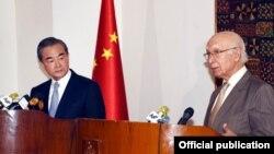Menlu China Wang Yi (kiri) dengan Penasihat Kebijakan Luar Negeri Menlu Pakistan Sartaja Aziz mengadakan konferensi pers bersama di Pangkalan Udara Nur Khan (6/25).