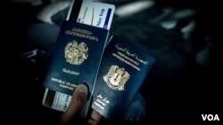 Seorang warga Suriah keturunan Armenia memegang paspor dwi kewarganegaraannya, Suraiah dan Armenia, di bandara Zvartnots, (Foto: dok - VOA/D. Markosian).