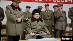 Lãnh tụ Kim Jong Un thị sát một cuộc thử nghiệm động cơ tên lửa tại Bình Nhưỡng. (Ảnh do thông tấn xã Bắc Triều Tiên phát hành ngày 24/3/2016).