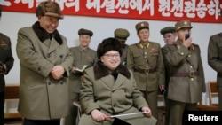 Lãnh tụ Bắc Triều Tiên Kim Jong Un thị sát một cuộc thử nghiệm động cơ tên lửa nhiên liệu rắn (ảnh do Thông tấn xã Trung ương Triều Tiên của Bắc Triều Tiên KCNA phổ biến ngày 24/3/2016).