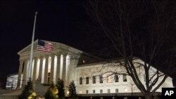 پرچم نیمه افراشته در مقابل کاخ سفید.