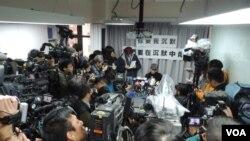 李慧玲召開記者會回應被商台解僱,大批傳媒到場採訪 (美國之音湯惠芸)