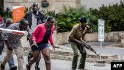Watu wakijaribu kuondoka eneo la hotel Dusit, Nairobi January 15, 2019.