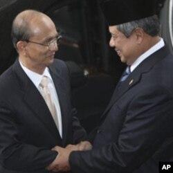 印尼总统苏西洛.尢多约诺(右)欢迎缅甸总统登盛到访(2011年5月5日)