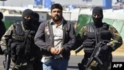 Gembong narkoba Meksiko, Alfredo Beltran Leyva (kanan), ditunjukkan pada media oleh militer Meksiko setelah ditangkap pada 2008.