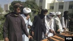 Para pejuang Taliban menyerahkan senjata dalam perjanjian damai di Herat (foto: dok). 5 orang wakil kelompok Taliban Afghanistan dan utusan AS berunding di Qatar.