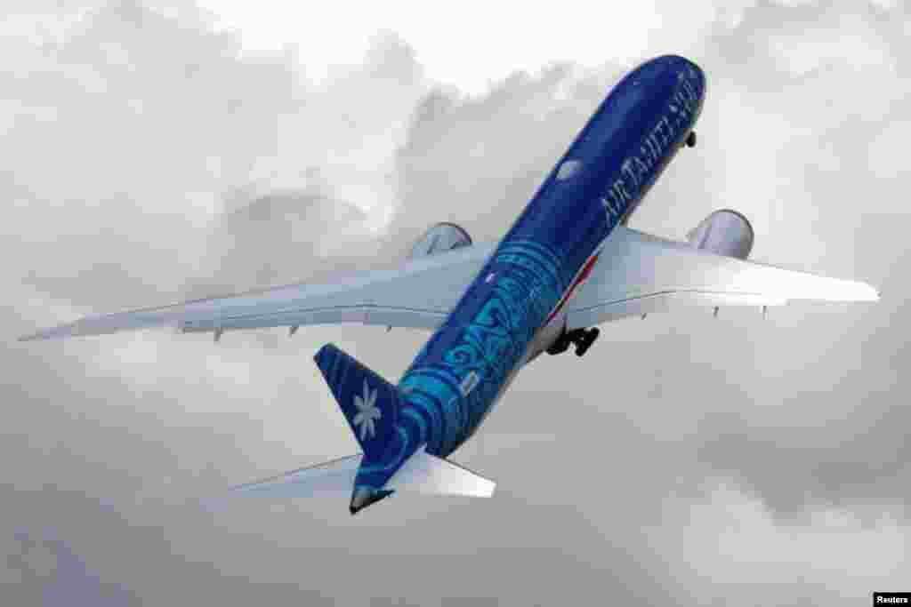 امریکی کمپنی بوئنگ کا 9-787 طیارہ نمائش کے دوران پرواز کر رہا ہے۔