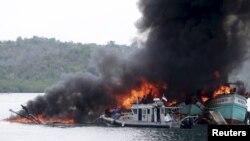 TNI AL menenggelamkan 60 kapal nelayan asing yang menangkap ikan secara ilegal di perairan Indonesia (foto: dok).
