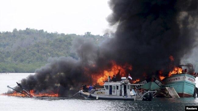 Một vụ đánh chìm tàu cá nước ngoài đánh bắt trái phép ở Indonesia.