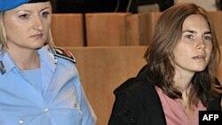 Аманда Нокс у супроводі судової охорони