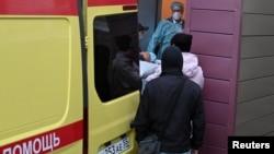 Ông Alexei Navalny được đưa lên xe cấp cứu rời Omsk, Nga, để ra phi trường đến Đức điều trị vào ngày 22/8/2020.