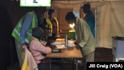 Para pemilih datang ke TPS di Pengadilan Distrik, Kibera, Kenya, 26 Oktober 2017, sebuah daerah kumuh di Nairobi, untuk berpartisipasi dalam pemungutan suara ulang pemilihan presiden.