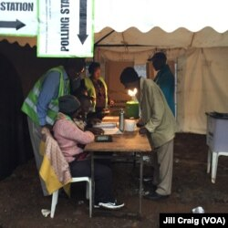ພວກຜູ້ທີ່ມີສິດປ່ອນບັດ ມາສະຖານທີ່ປ່ອນບັດ ໃນເມືອງ Kibera, ເຄັນຢາ, 26 ຕຸລາ 2017.