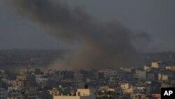 Khói bốc lên sau một cuộc tấn công của Israel vào thành phố Gaza, ngày 10/8/2014.