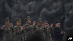지난 4월 13일 북한 평양 만수대 언덕에서 김정일 국방위원장 동상 제막식에 참석한 김정은 국방위 제1위원장(오른쪽)과 장성들.