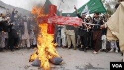 Warga Afghanistan yang marah membakar boneka Presiden Barack Obama, menyusul pembunuhan 16 warga sipil di distrik Panjawi, Kandahar (14/3).