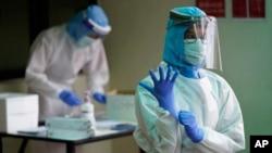 Petugas kesehatan yang mengenakan APD bersiap melakukan rapid test virus corona (foto: ilustrasi).
