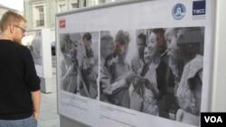 俄羅斯官媒塔斯社去年夏季在莫斯科舉辦介紹中俄友誼圖片展覽。一位行人在觀看50年代有關中蘇友誼的圖片。 (美國之音白樺拍攝)