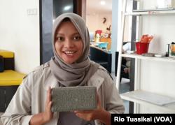 Co-Founder Tech Prom Lab, Anisa Azizah, berharap pore block bisa mengurangi banjir di Indonesia. (VOA/Rio Tuasikal)