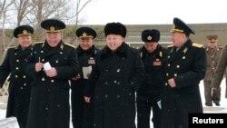 北韓官方12月13日發表的照片顯示金正恩視察海軍部隊(路透社)