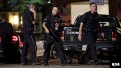 Cảnh sát tập trung tại trung tâm Dallas, bang Texas, vào sáng sớm 8/7/2016 sau vụ người biểu tình bắn vào cảnh sát.