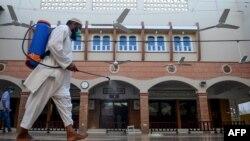 Karachida masjid dezinfeksiyalanmoqda