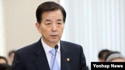 한민구 한국 국방장관이 11일 국회 국방위원회에서 업무보고를 하고 있다.