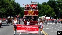 Autobus sa hokejašima Vašington Kapitalsa tokom parade