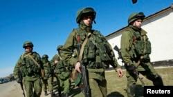 Naoružane snage, za koje se veruje da su ruski vojnici, izvan krimske prestonice Simferopolja
