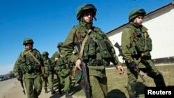 نیروهای ارتش روسیه در حال گشت زنی در بیرون یک واحد نظامی اوکراین در نزدیکی سیمفروپل در شبه جزیره کریمه - ۱۲ اسفند
