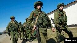 Satu unit pasukan militer, yang dipercaya merupakan pasukan Rusia, berbaris di desa Perevalnoye luar wilayah Simferopol (3/3).