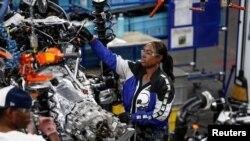 美国工人在芝加哥一家福特公司的汽车制造厂生产线上。(2019年6月24日)