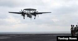 미한연합훈련인 독수리 훈련과 키리졸브 훈련이 역대 최대 규모로 진행 중인 14일 한반도 동남쪽 공해상에 도착한 미국 제3함대 소속 핵항공모함인 칼빈슨호 비행갑판에서 E-2C 호크아이 공중 조기경보기가 착륙하고 있다.