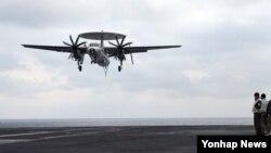 미한연합훈련인 독수리훈련과 키리졸브 훈련이 역대 최대 규모로 진행된 지난 3월 한반도 동남쪽 공해상에 도착한 미국 제3함대 소속 핵항공모함인 칼빈슨호 비행갑판에서 E-2 공중 조기경보기가 착륙하고 있다.