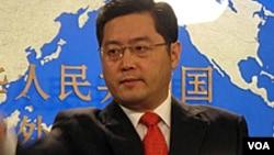 Phát ngôn viên Trung Quốc Tần Cương nói Phòng Thông tin của Quốc vụ viện Trung Quốc đã công bố một bạch thư về tình trạng nhân quyền của Mỹ. Theo giáo sư Trình Lập Bắc Kinh ở vào tình thế lưỡng nan khi phê phán Mỹ, vì chủ trương của TQ là các nước không nên can thiệp vào việc nội bộ của nước khác