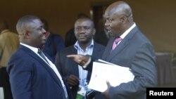 Roger Lumbala (à droite), un ancien parlementaire de la RDC parle avec des collègues à Kampala, en Ouganda, le 11 janvier 2013.