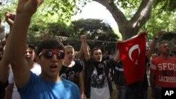 2013年6月3在土耳其的伊斯坦布尔市塔可辛广场附近的示威活动中,参与抗议的一批高中生高唱国歌。