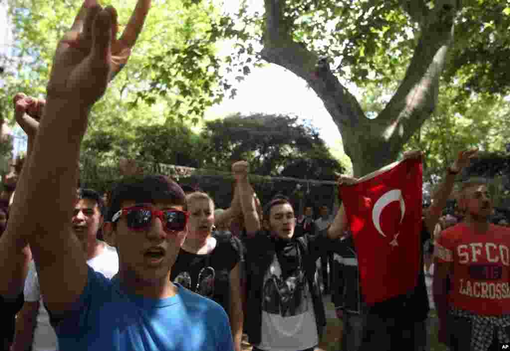 Srednjoškolci pevaju tursku himnu na protestu u Istanbulu.