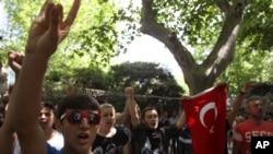 Des étudiants chantant l'hymne national turc lors d'une manifestation dans le parc de Gezi, Taksim, à Istanbul, 3 juin 2013.