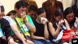 2일 인도네시아 수라바야에서 실종 여객기 희생자들의 유가족이 사체를 건네받고 통곡하고 있다.