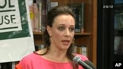 2012年2月6日,布罗德威尔对观众介绍她与人合写的彼得雷乌斯将军传记(C-SPAN Book TV 截屏)