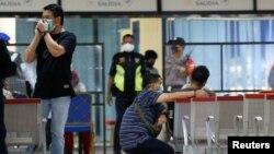 Članovi porodica putnika nestalog aviona na aerodromu u Džakarti