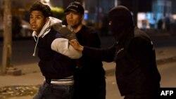 Les forces de sécurité arrêtent un homme lors d'une manifestation à Tunis, 10 janvier 2018.