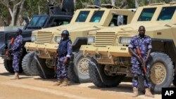 ທະຫານຂອງສະຫະພາບ ອາຟຣິກາ (AU) ຢືນຍາມຢູ່ຂ້າງ ລົດຫຸ້ມເກາະຂອງເຂົາເຈົ້າ ໃກ້ກັບດ່ານເຂົ້າເມືອງ Mogadishu, ປະເທດ Somalia.