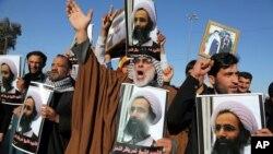 Plusieurs manifestations contre l'assassinat de cheikh Nimr al-Nimr, responsable religieux chiite ont lieu dans des pays arabes. Ici en Irak, des manifestants brandissent des effigies de Nimr al-Nimr et scandent des slogans contre le gouvernement saoudien à Bagdad, l'Irak, 4 janvier 2016.