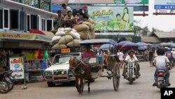 Xe cộ trên 1 con đường gần chợ địa phương ở Mawlamyine, Mon State, Myanmar, 11/3/2012