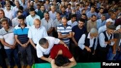 星期六在土耳其東南部對一場婚禮發動自殺炸彈襲擊後死了至少51人。親友悲痛的情形。