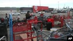 Un hombre busca artículos dejados en el estacionamiento de una tienda Target en Minneapolis tras una noche de saqueos el 29 de mayo de 2020.